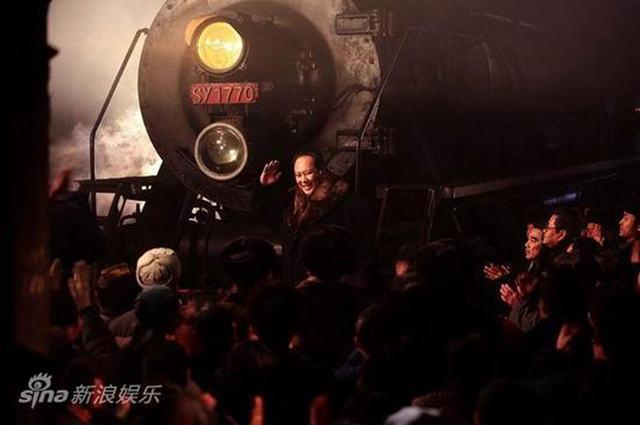电影《东方》剧照:毛主席视察哈尔滨车辆工厂