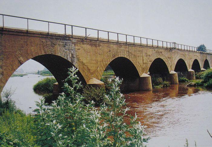 1989年退役的穆棱河石拱桥