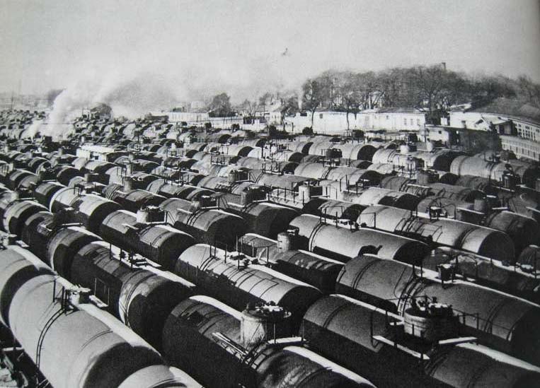 """上世纪60年代初,萨尔图站内待发的""""油龙"""""""