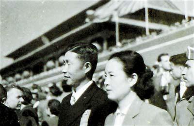 郑律成和丁雪松在天安门国庆观礼台上