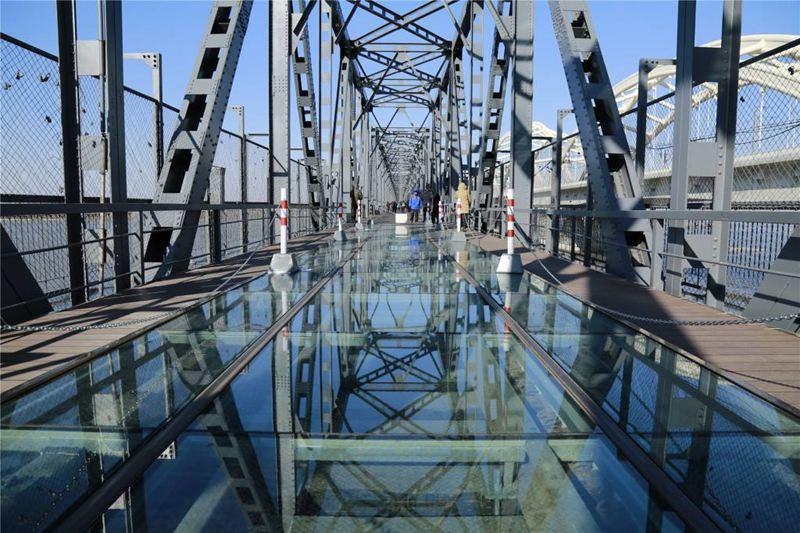 """""""观光桥""""上的""""玻璃栈道""""(资料片)"""