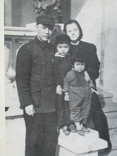 吕正操一家人1946年在哈尔滨留影(见《吕正操回忆录》)