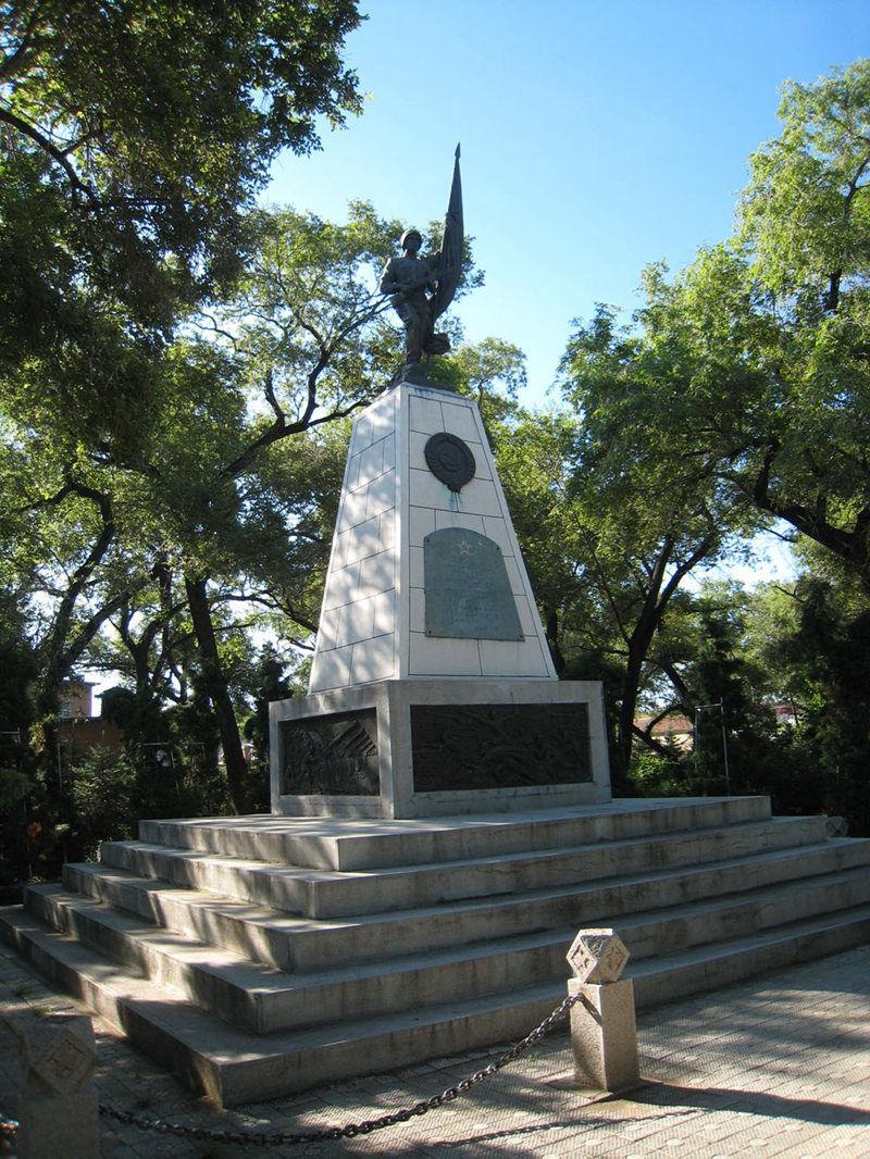 高耸的苏军烈士纪念塔