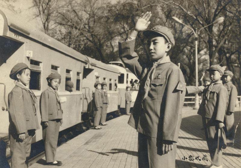 1977年哈尔滨儿童铁路小火车准备发车
